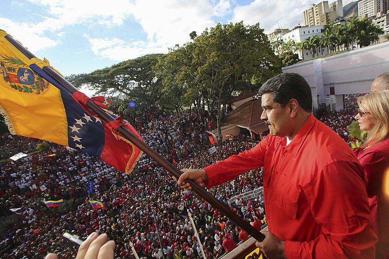 Reeleito em 2017, o presidente venezuelano Nicolás Maduro discursa para seus apoiadores