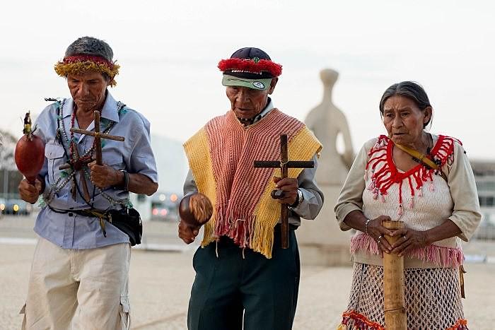 Rezadores e rezadoras guarani e kaiowá em frente ao STF, durante esta semana