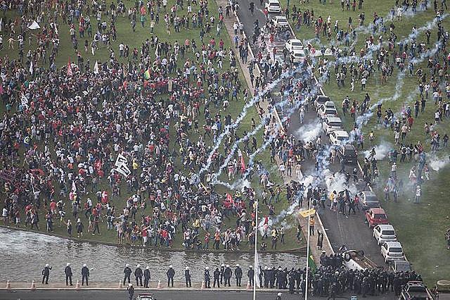 La Policía reprimiendo la manifestación frente al Congreso Nacional