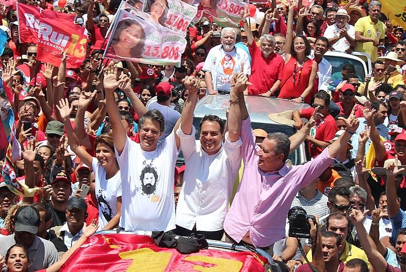 Cerca de 30 mil pessoas acompanharam os candidatos na travessia entre as cidades de Juazeiro e Petrolina