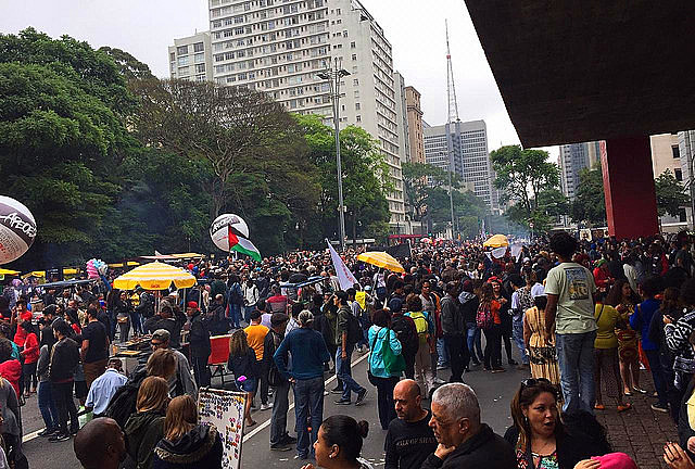 Centenas de personas negras tomaron la Avenida Paulista para participar de la Marcha de la Conciencia Negra