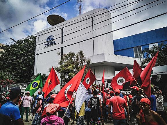 MST ocupa sede da TV Gazeta em Maceió