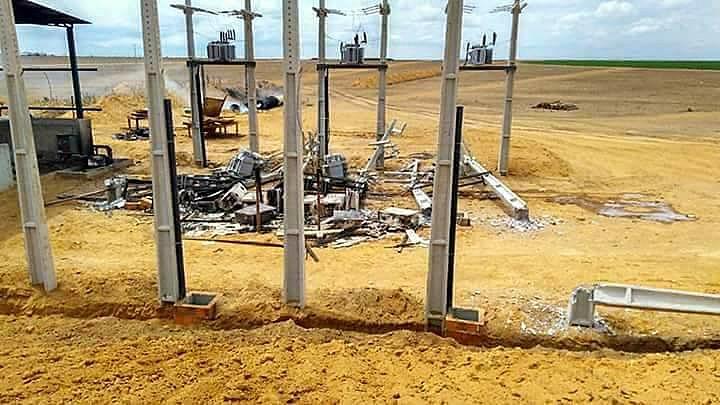 Central de distribuição de energia destruída, em uma das fazendas, na Bahia