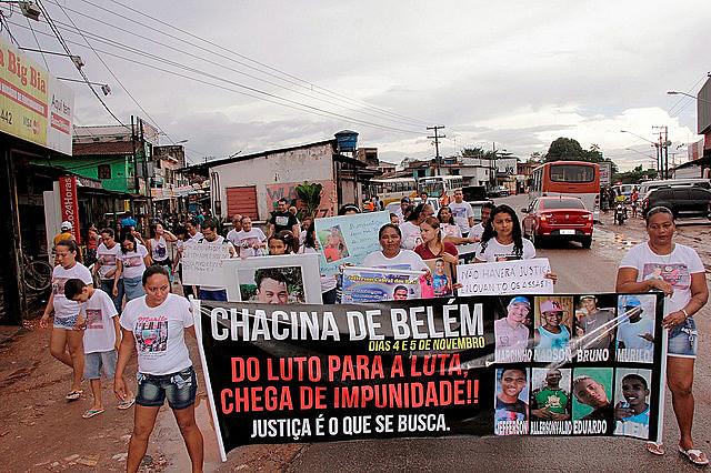 Famílias das vítimias fazem caminhada pela paz e justiça em bairro de Belém em 2015