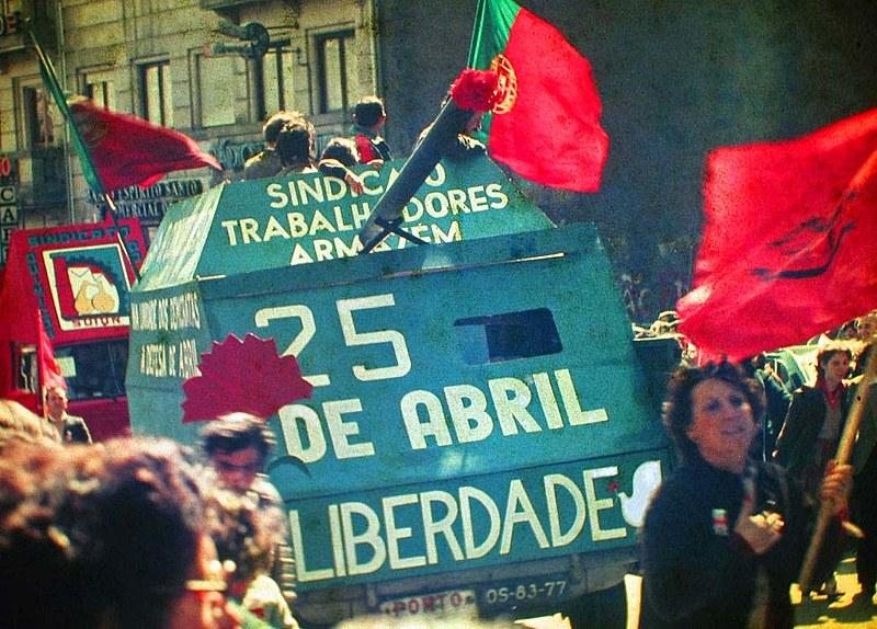 Portugueses começaram a dar cravos aos soldados, que os colocavam na ponta dos seus fuzis -- o que dá nome à revolução