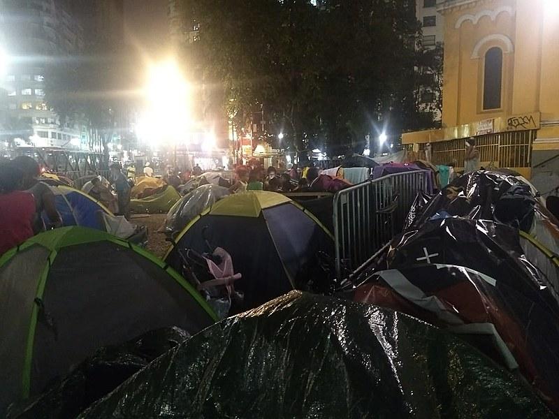 Moradores do prédio que desabou  vivem uma vida improvisada, sem espaço, sem higiene e sem privacidade no Largo do Paissandu