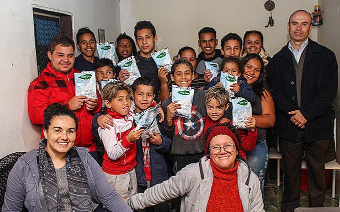Crianças e adolescentes receberam a doação do MST por meio de uma iniciativa de Luisa de Souza