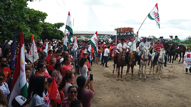 Manifestação começou com carreata em direção à cidade