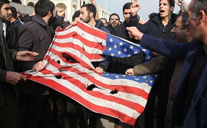 A queda dos foguetes na Zona Verde de Bagdá ocorre um dia depois de o Irã ter disparado dezenas de mísseis nas bases dos EUA