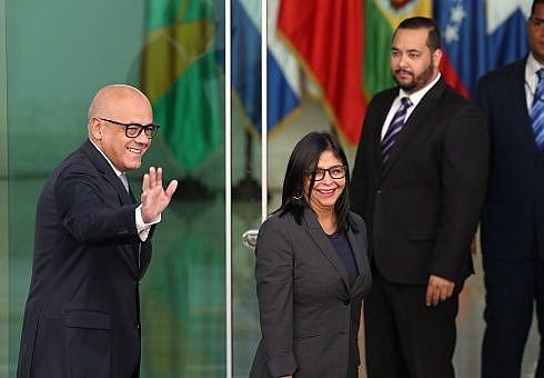 Ministro Jorge Rodríguez e a presidenta da Assembleia Nacional Constituinte, Delcy Rodríguez comemoram resultado