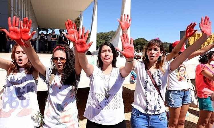 Mulheres fazem protesto em frente ao Supremo Tribunal Federal, em Brasília (DF)