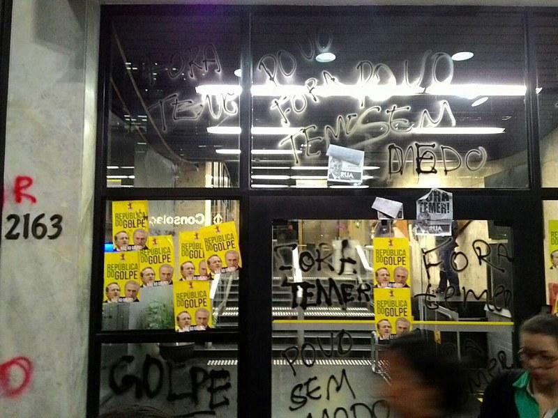 O encerramento aconteceu às 20h30 com uma pixação dos vidros do escritório da Presidência da República