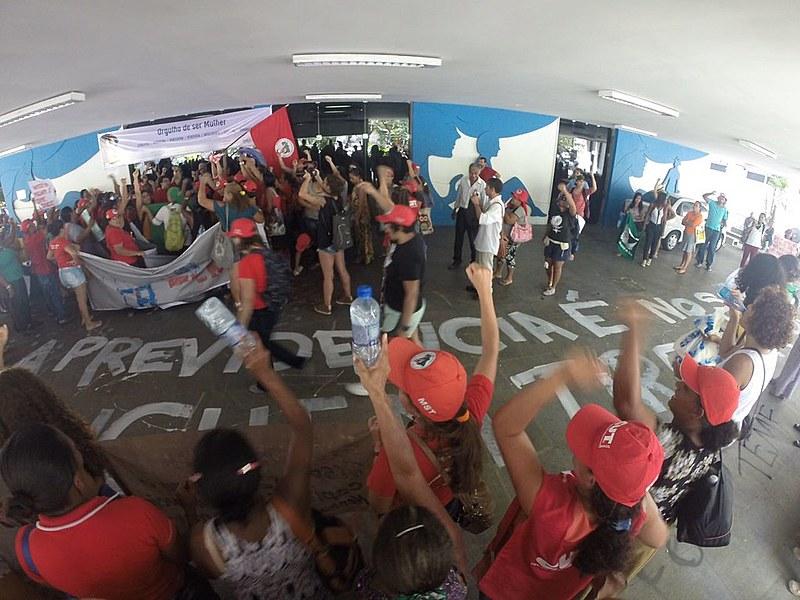 No Recife, cerca de 1.000 mulheres integrantes de organizações ligadas à Via Campesina ocuparam o prédio do INSS
