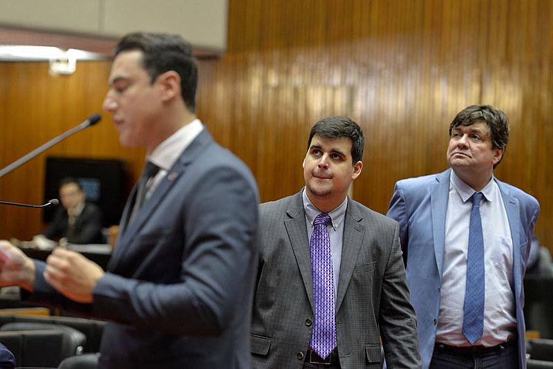 Deputados Bruno Engler (PSL) e André Quintão (PT) assistem a debate na ALMG