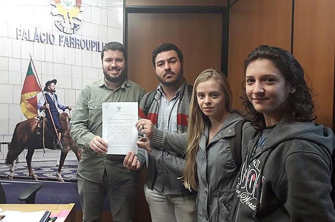 Representantes do MAB no RS entregaram propostas para compor o relatório final da Subcomissão de Barragens da Assembleia