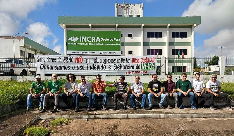 Servidores em ato em frente ao Incra em Santarém em repúdio ao uso da imagem da autaquia e dos trabalhadores pelo deputado Wladimir Costa