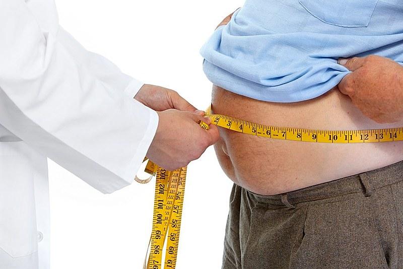 É preciso entender que desnutrição não é sinônimo de baixo peso. Alguém pode estar obeso e desnutrido