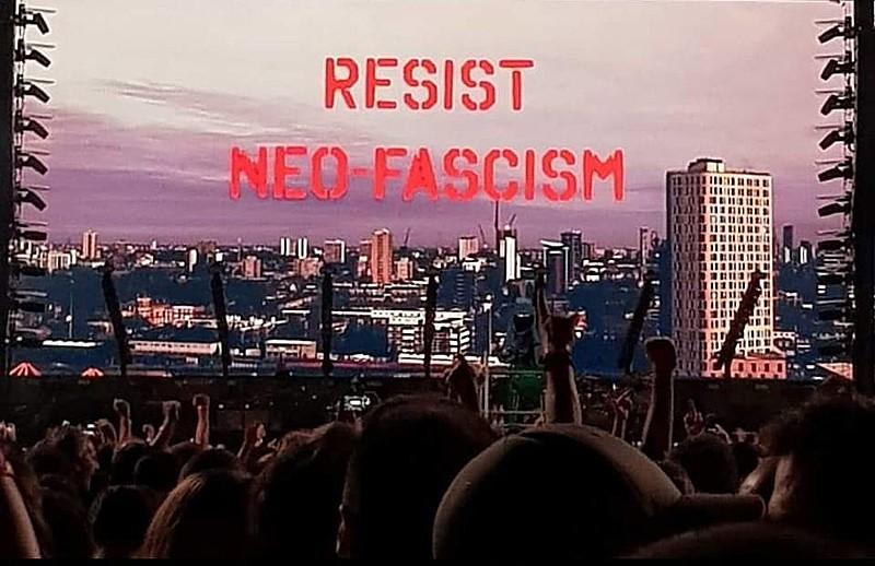 Ex-músico da banda inglesa Pink Floyd, Roger Waters manifesta seu apoio à democracia e repúdio ao fascismo durante show