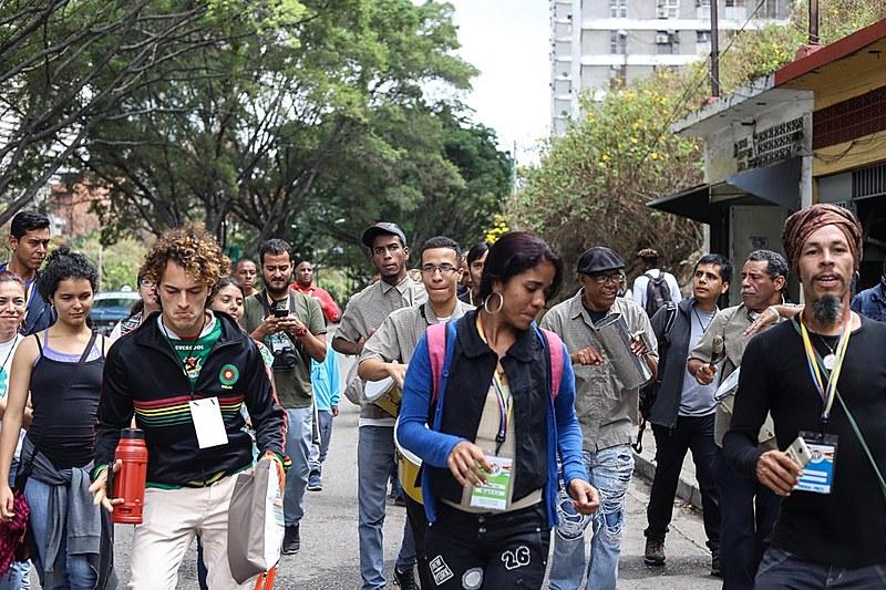 Delegados da Assembleia Internacional dos Povos subiram os morros de Caracas para verificar a situação do povo venezuelano