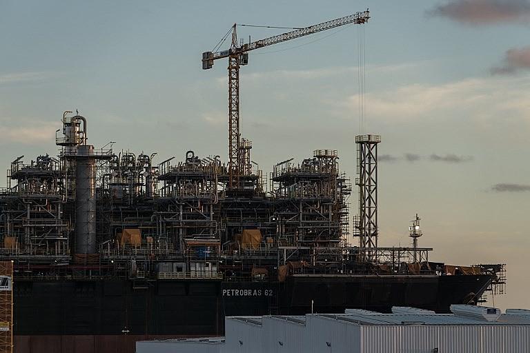Plataforma da Petrobras em Suape (PE); estatal petrolífera demitiu mais da metade de seus funcionários em três anos