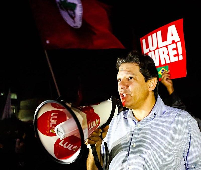 Haddad fala à militância da Vigília Lula Livre