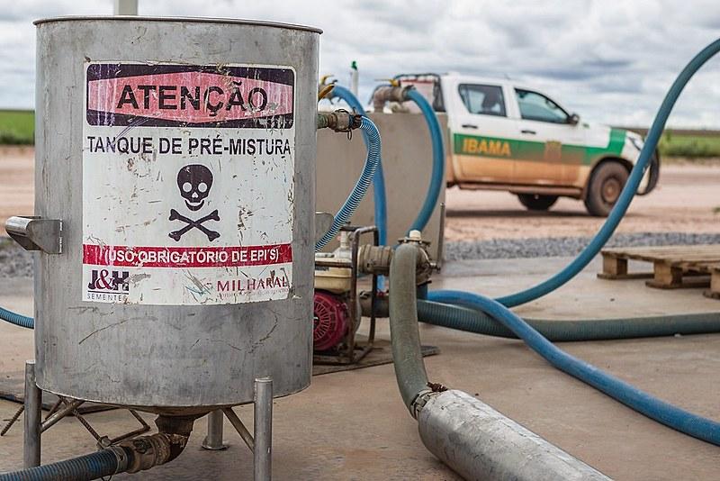 Há no país 2.123 agrotóxicos licenciados. A média de consumo corresponde a 7,3 litros de veneno para cada brasileiro