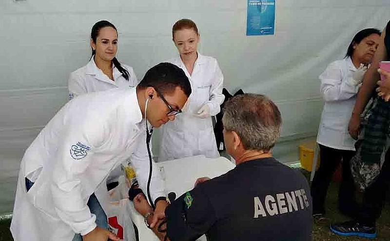 Alunos do curso de enfermagem participam da semana de Saúde do Trabalhador do Sistema Penitenciário, no estado do Paraná