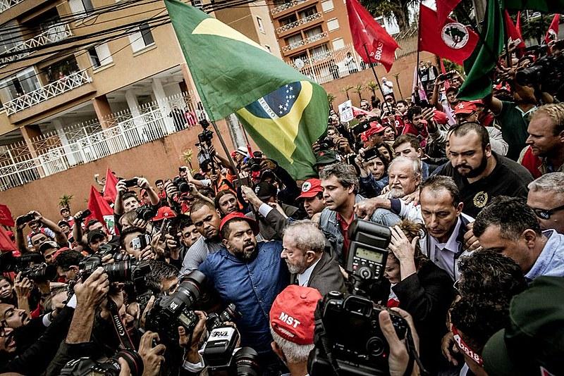 Ex-presidente Lula chegando ao Tribunal de Justiça para seu depoimento