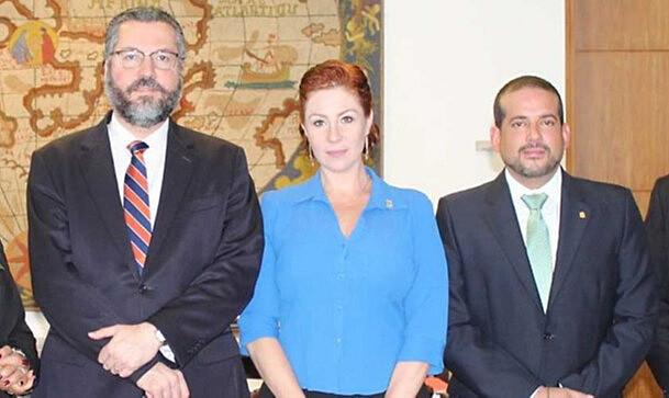 Chanceler brasileiro Ernesto Araújo, deputada federal Carla Zambelli (PSL) e Luis Fernando Camacho