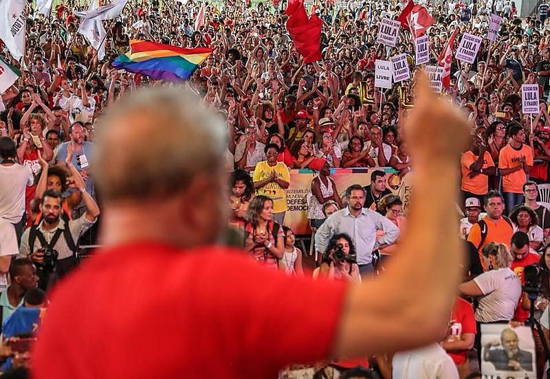 O ex-presidente Lula criticou a Globo e disse que mesmo que o prenda os seus ideais estão com o povo
