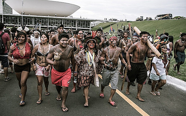Líderes indígenas durante la ocupación del Eje Monumental en Brasília (DF), capital del país, en la Semana Nacional de Movilización Indígena