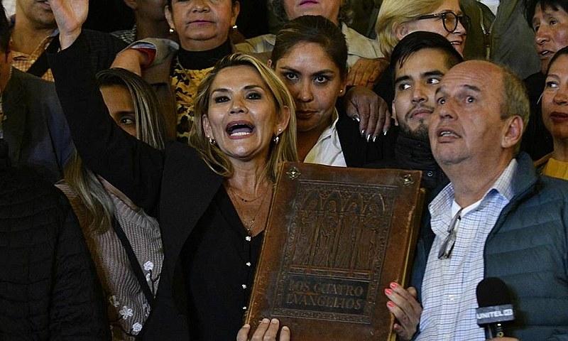 """Senadora Jeanine Áñez se autoproclama presidente da Bolívia: """"A bíblia volta ao Palácio"""", declarou"""