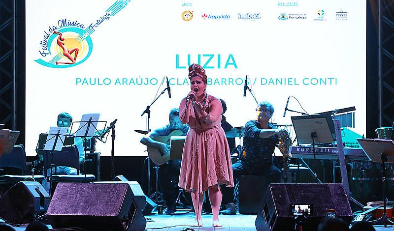 Podem participar artistas residentes em qualquer lugar do mundo, maiores de 18 anos e com músicas inéditas compostas em português.