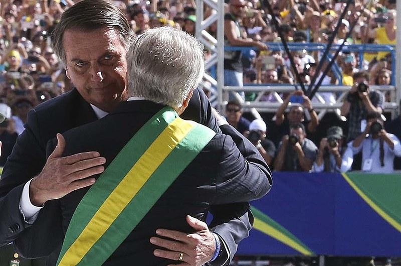 Bolsonaro recebe a faixa presidencial de Michel Temer (MDB)
