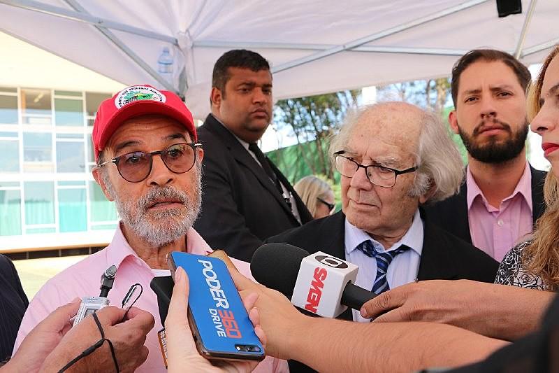 O ator Osmar Prado (à esq.), após conversa de grevistas com Cármen Lúcia da qual participou