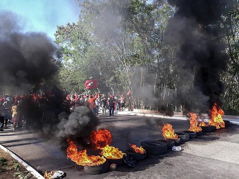 Movimentos sociais fecham acesso ao aeroporto em protesto à ordem de prisão contra Lula