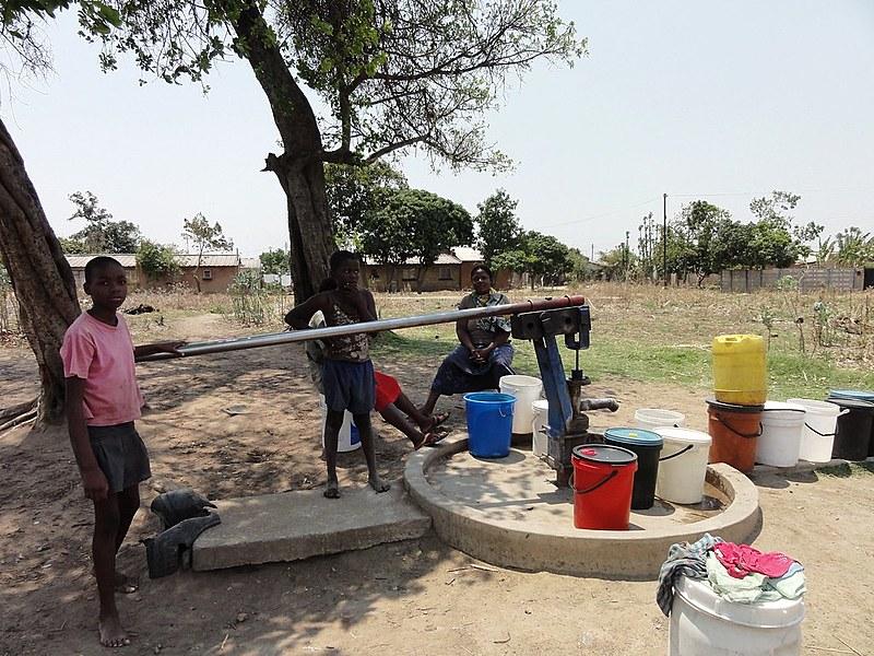 Mulheres e crianças no Norte do Zimbábue; mesmo com crise econômica, não houve fome no país africano, diz professor
