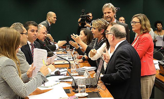 """Parlamentares contrários à censura na sala de aula (dir.) protestam durante sessão do projeto """"Escola Sem Partido"""""""