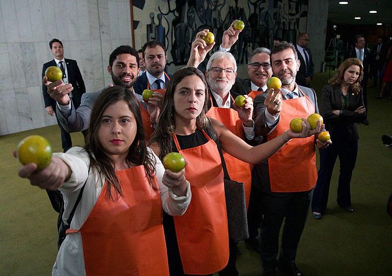 Oposição recebe Bolsonaro com laranjas, durante a chegada dele ao Congresso, no dia 20 de fevereiro.