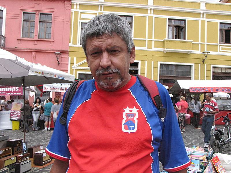 O poeta e paranista fiel no Largo da Ordem, em Curitiba, onde costumava vender camisetas estampadas com seus poemas e livros de poesia