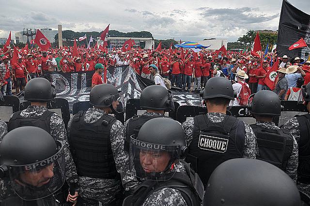 MST march in Brasília cornered by riot police in 2014