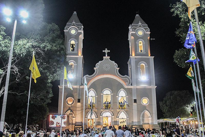 Na Catedral, a missa da novena começa sempre a noite, com o sino chamando os fiéis.