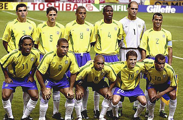 Seleção que venceu a Bélgica em 2002 tinha Ronaldinho, Ronaldo, Roberto Carlos, Juninho Paulista e Rivaldo (agachados, da esq. p/ dir.)