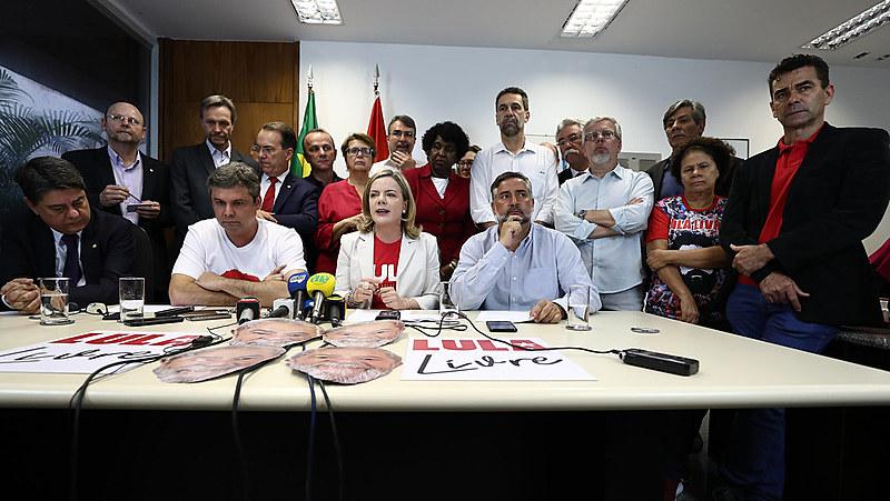 Deputados e senadores do PT durante coletiva de imprensa nesta quarta-feira (15), no Congresso Nacional.