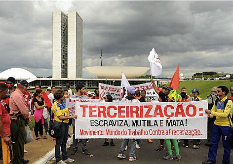Manifestantes em Brasília contra a reforma das leis de trabalhistas