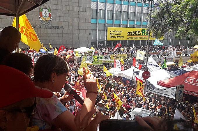 Professores, policiais e outras categorias do serviço público gaúcho pressionam parlamentares que iniciam hoje votação dos projetos