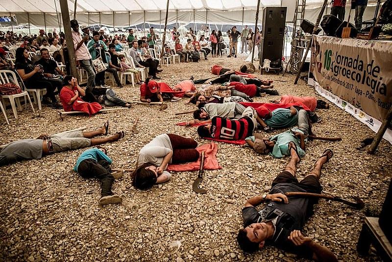 Mística de abertura da Jornada relembrou o dia do assassinato do militante Keno, pela milícia armada contratada pela transnacional Singenta