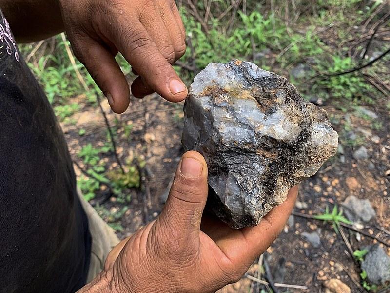 Garimpeiro aponta ouro em rocha, na Vila da Ressaca