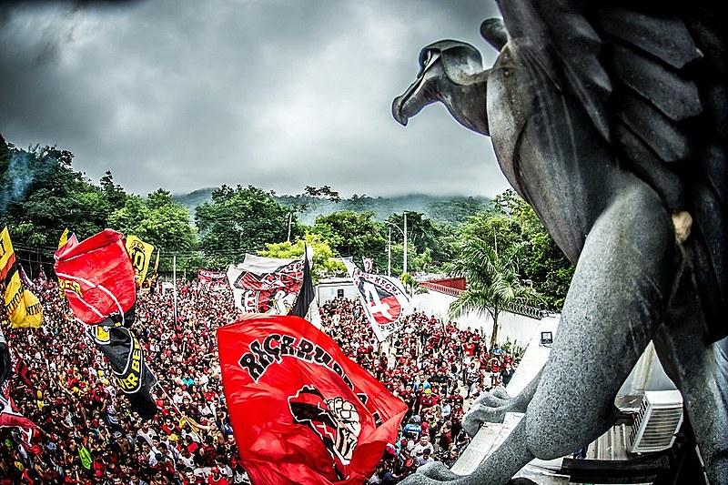 A torcida do Flamengo fez uma grande festa no embarque da delegação para Lima