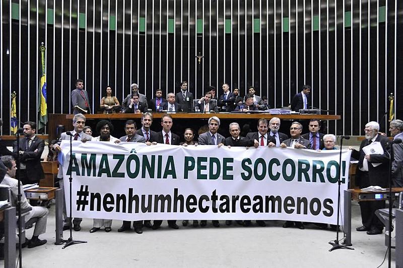 Parlamentares da oposição protestam contra aprovação das MPs 756 e 758 na Câmara